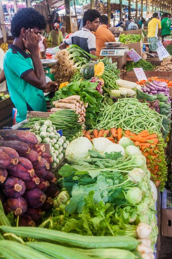 COLOMBO, SRI LANKA - 26 DE JULIO DE 2016: Vendedores vegetales en el mercado en Colombo, Lan de los empleados del uno mismo de Sr foto de archivo