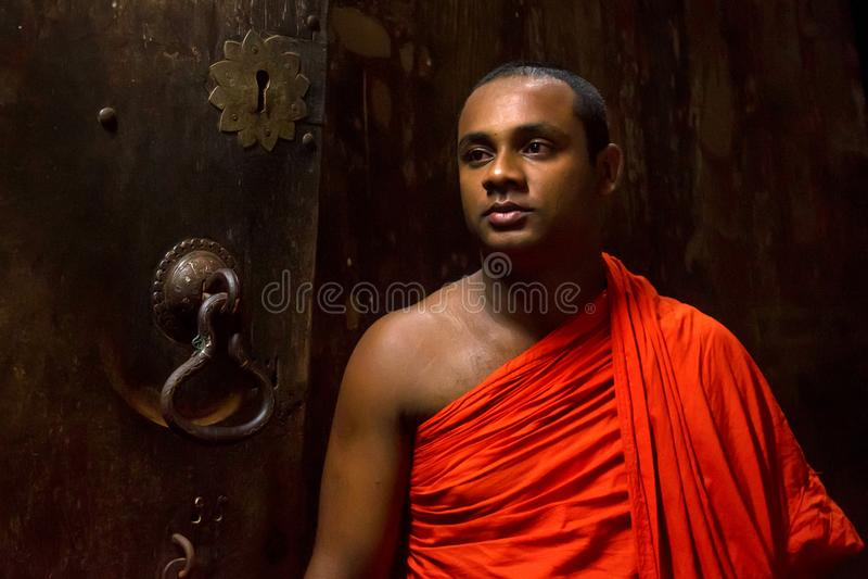 COLOMBO, SRI LANKA - 5. DEZEMBER 2016: Nicht identifizierter buddhistischer Mönch in Sri Lanka stockfotos