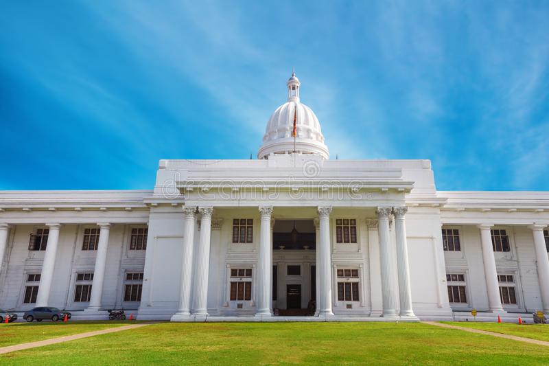 Colombo, Sri Lanka - 11. Februar 2017: Panorama des Kolonialzeitgebäudes des errichtenden weißen Hauses Rathaus-Parlaments lizenzfreie stockfotos