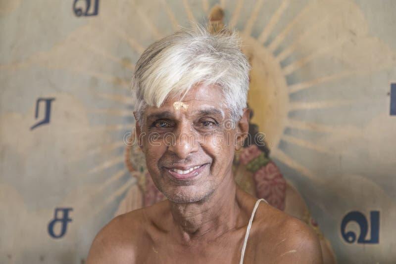 COLOMBO SRI LANKA-Februari 10th 2017: Stående av en hinduisk präst arkivbild