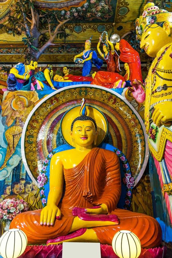 COLOMBO, SRI LANKA - 13 NOVEMBRE 2018: Statua di Buddha dentro il tempio di Gangaramaya verticale fotografia stock libera da diritti