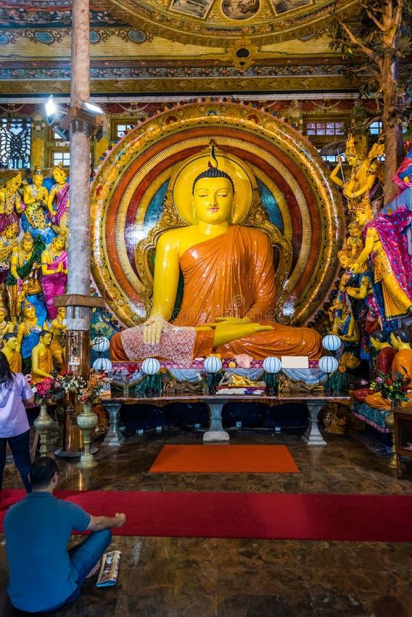 COLOMBO, SRI LANKA - 13 NOVEMBRE 2018: Statua di Buddha dentro il tempio di Gangaramaya verticale fotografia stock