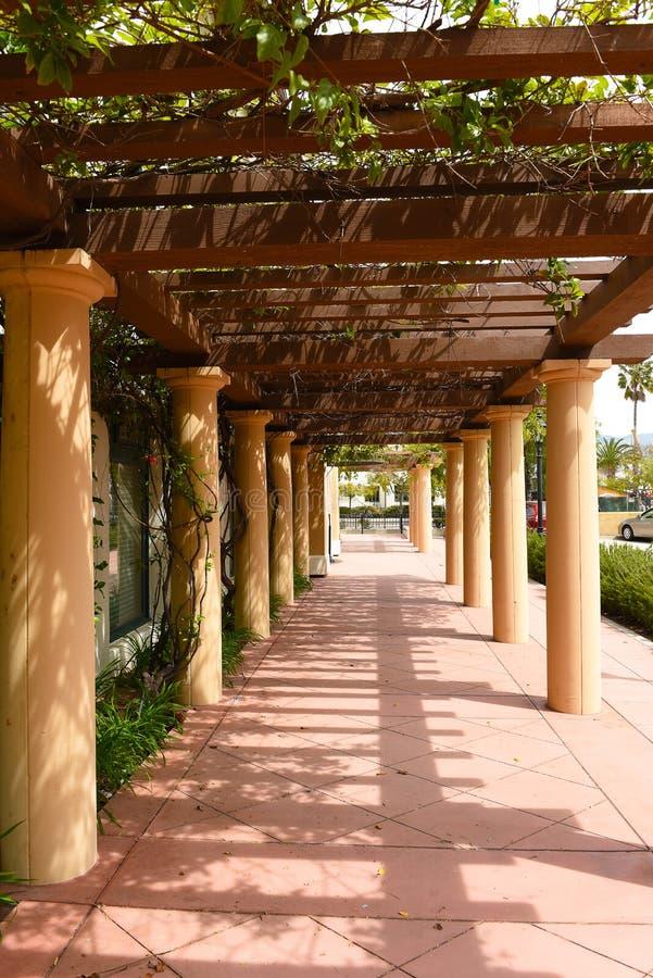 Colonade på Reagan Ranch Center i hjärtan av i stadens centrum Santa Barbara arkivfoton