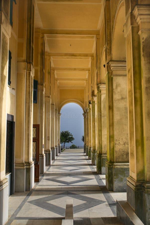 Colonade przy sanktuarium Nostra Signora della Guardia blisko genuy zdjęcia royalty free