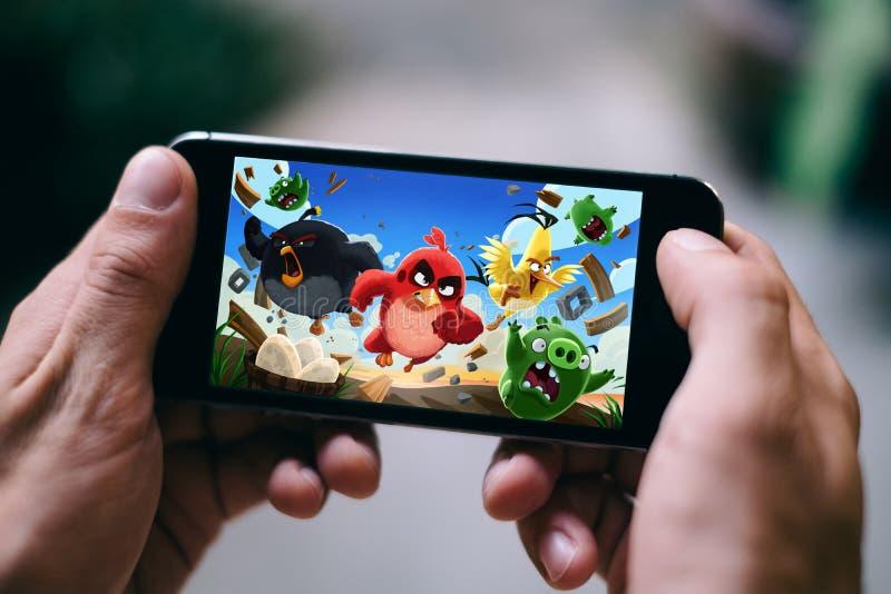 COLONIA, ALEMANIA - 27 DE FEBRERO DE 2018: El juego enojado del App de los pájaros jugó en el iPhone de Apple foto de archivo