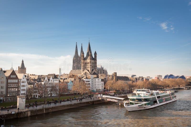 COLONIA, ALEMANIA - 7 DE MARZO DE 2015: Gran St Martin Church And Dom In Colonia en el río el Rin fotos de archivo libres de regalías