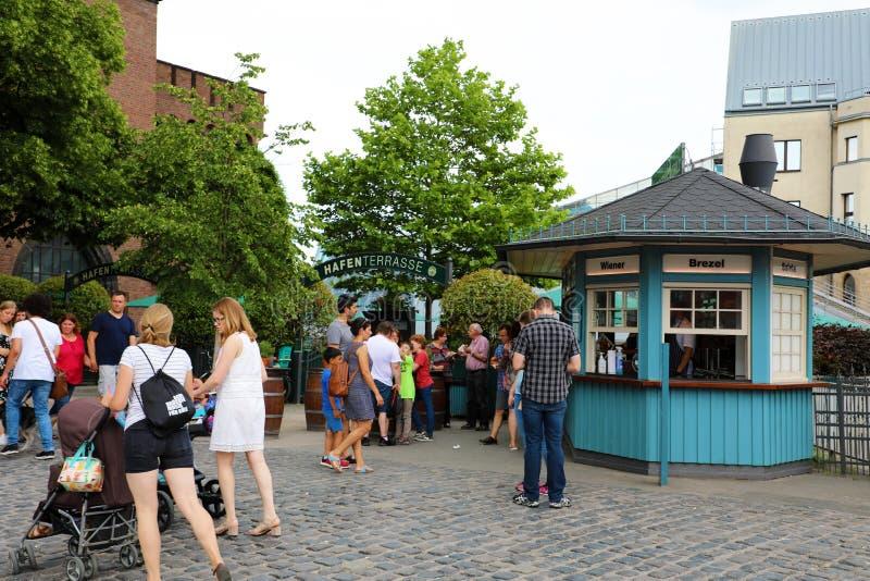COLONIA, ALEMANIA - 31 DE MAYO DE 2018: gente que come la comida de la calle del quiosco en Colonia, Alemania fotografía de archivo libre de regalías