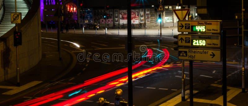 COLONIA, ALEMANIA - 6 DE OCTUBRE DE 2018: trazalíneas de las linternas del coche, centro de ciudad de Colonia fotos de archivo