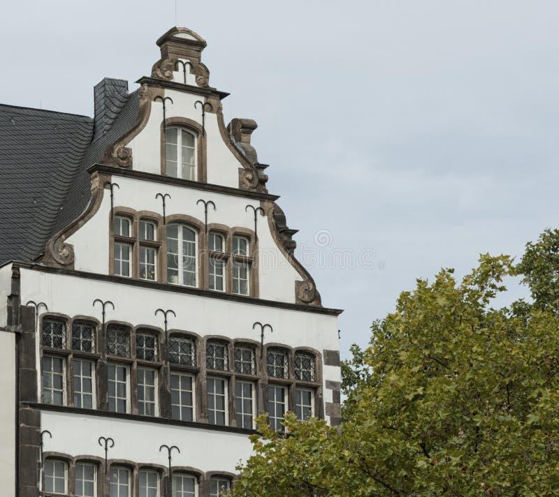 COLONIA, ALEMANIA - 11 DE SEPTIEMBRE DE 2016: Casas coloridas en estilo bávaro en la ciudad vieja de Colonia, Rin-Westfalia del n fotos de archivo