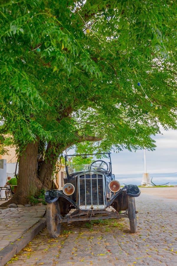 COLONIA DEL SACRAMENTO, URUGUAY - 4 DE MAYO DE 2016: la vista delantera agradable de un coche clásico antiguo parqueó en la calle fotografía de archivo libre de regalías