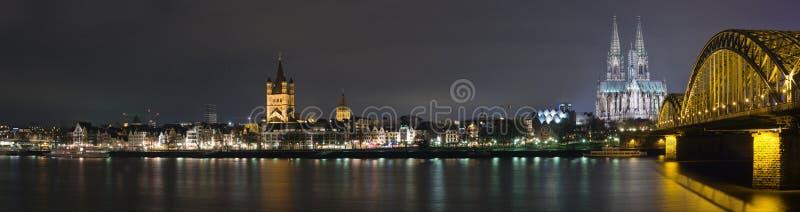 Colonia en la noche foto de archivo