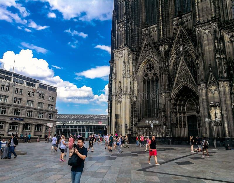 Colonia, Germania - 17 luglio - 2018: La gente che cammina attraverso la stazione centrale di Colonia dentro fotografie stock libere da diritti