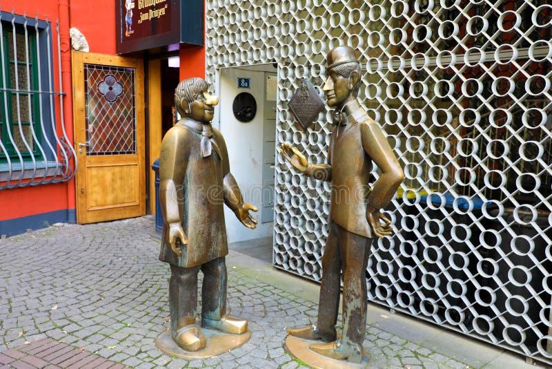COLONIA, GERMANIA - 31 MAGGIO 2018: Statua del und Schal di Tunnes che è due figure leggendarie dal teatro del burattino di Hänn immagini stock libere da diritti