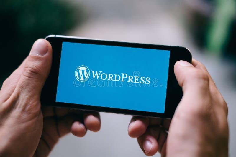 COLONIA, GERMANIA - 10 MARZO 2018: Primo piano dello schermo di iPhone che mostra logo di Wordpress immagini stock