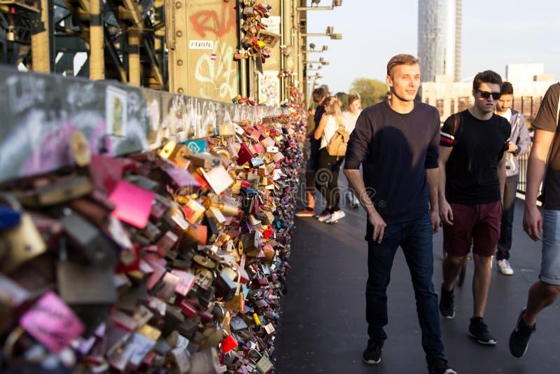 COLONIA, GERMANIA 6 OTTOBRE 2018: I turisti sul Hohenzollern gettano un ponte su come segno di forte amore o di forte amicizia immagini stock libere da diritti