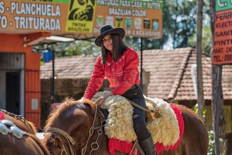 Colonia Independencia, Paraguay - 14 maggio 2018: Una bella donna monta fiero il suo cavallo durante il paraguaiano annuale Indep immagini stock