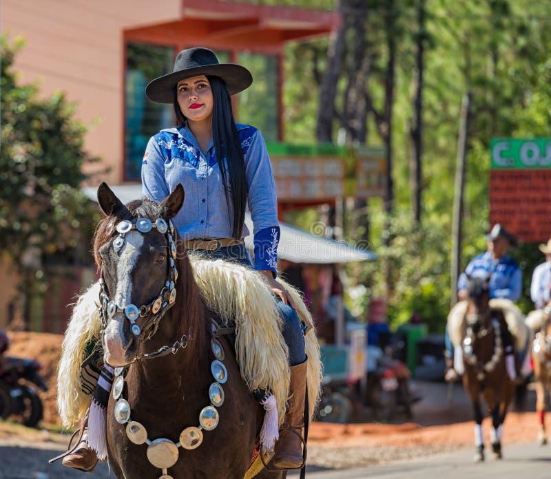 Colonia Independencia, Paraguay - 14. Mai 2018: Eine Schönheit reitet stolz ihr Pferd während des jährlichen Paraguayers Independ stockbilder