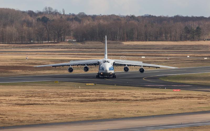 Colonia, nrw/Alemania - 08 03 19: aeroplano del cargo de Antonov 124 en el aeropuerto Alemania de Bonn del cologne fotografía de archivo libre de regalías