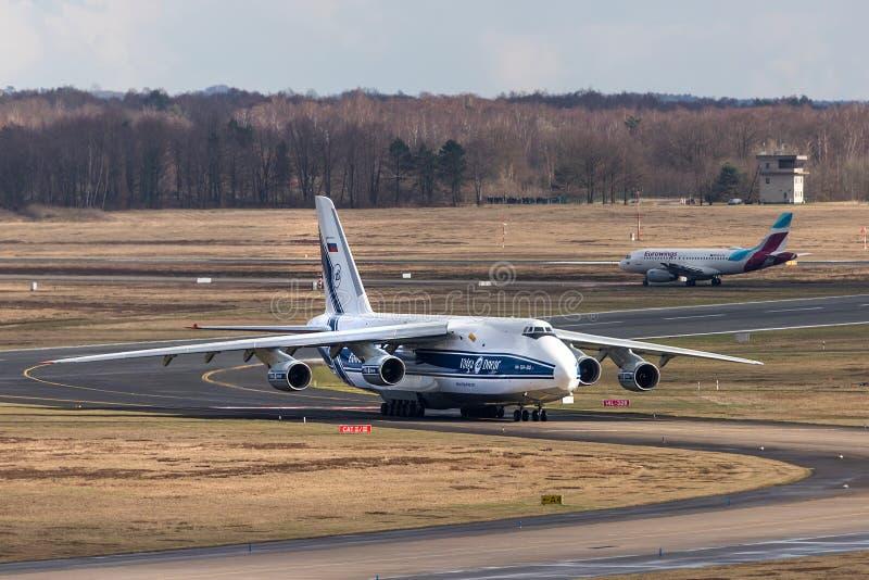 Colonia, nrw/Germania - 08 03 19: aeroplano del carico di Antonov 124 all'aeroporto Germania di Colonia Bonn immagini stock