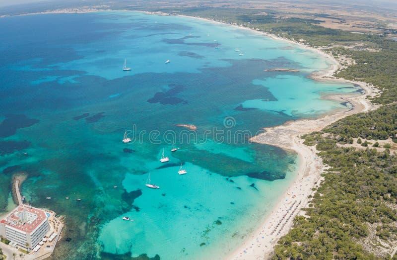 Colonia Sant Jordi, Испания Ландшафт изумительного трутня воздушный очаровательных пляжей Estanys и Es Trencs стоковые изображения rf