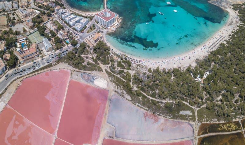 Colonia Sant Jordi, Mallorca Hiszpania Zadziwiaj?cy trute? anteny krajobraz r??owi solankowi mieszkania i powabny pla?owy Estanys fotografia royalty free