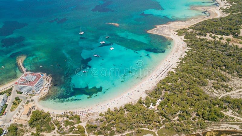 Colonia Sant Jordi, Mallorca Spanien Flyg- landskap för fantastiskt surr av den charmiga Estanys stranden royaltyfria bilder
