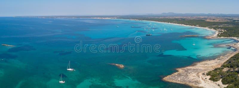 Colonia Sant Jorge, España Paisaje aéreo del abejón asombroso de las playas encantadoras Estanys y Es Trencs foto de archivo