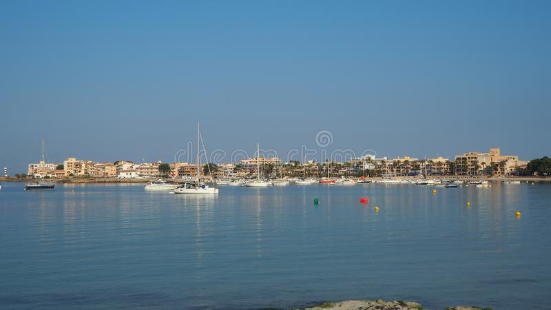 Colonia Sant Jorge, Mallorca Espa?a Visi?n en el puerto y 'promenade' durante la estaci?n de verano imagen de archivo
