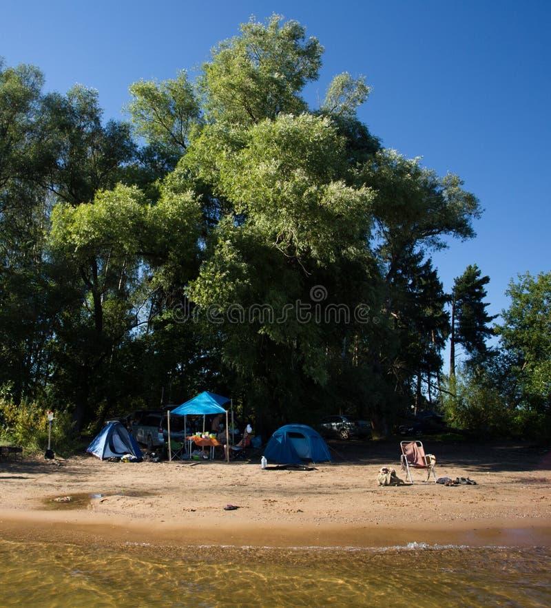 Colonie de vacances sur la rivière pendant les vacances image stock