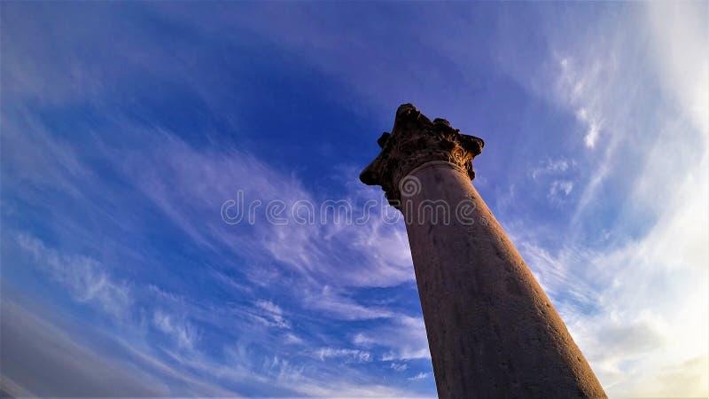 Colonna antica sui precedenti di chiaro cielo fotografie stock libere da diritti