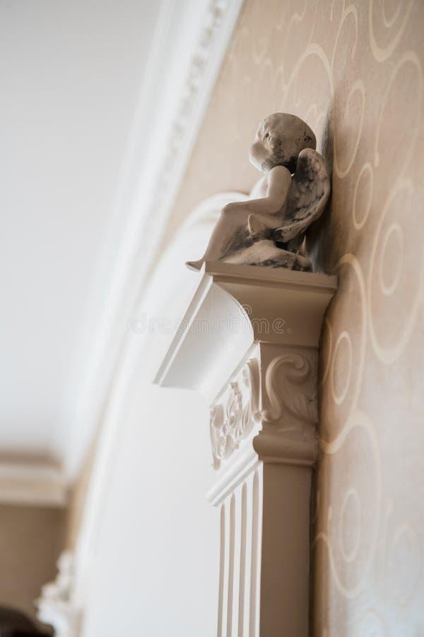 Colonna bianca con gli elementi decorativi del portico, frammento interno classico fotografia stock