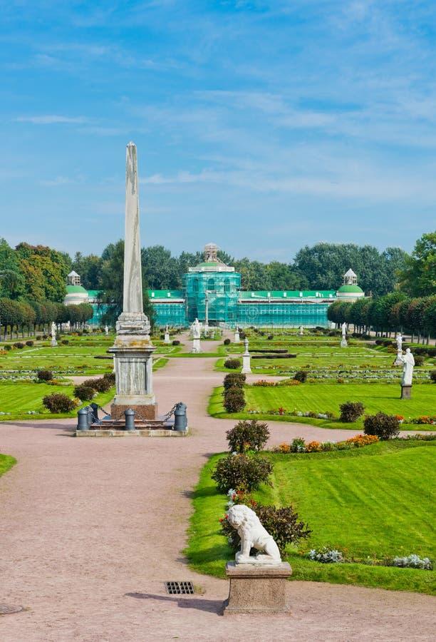 Colonna con una statua di Minerva e di orangerie. Proprietà di Kuskovo, fotografia stock