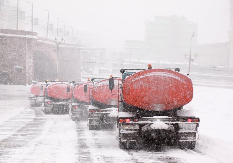 Colonna dei camion del neve-dispositivo di rimozione sulla strada immagini stock libere da diritti