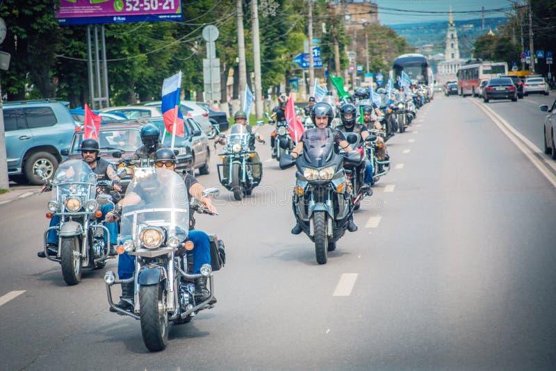 Colonna dei giri dei motociclisti intorno alla città immagine stock