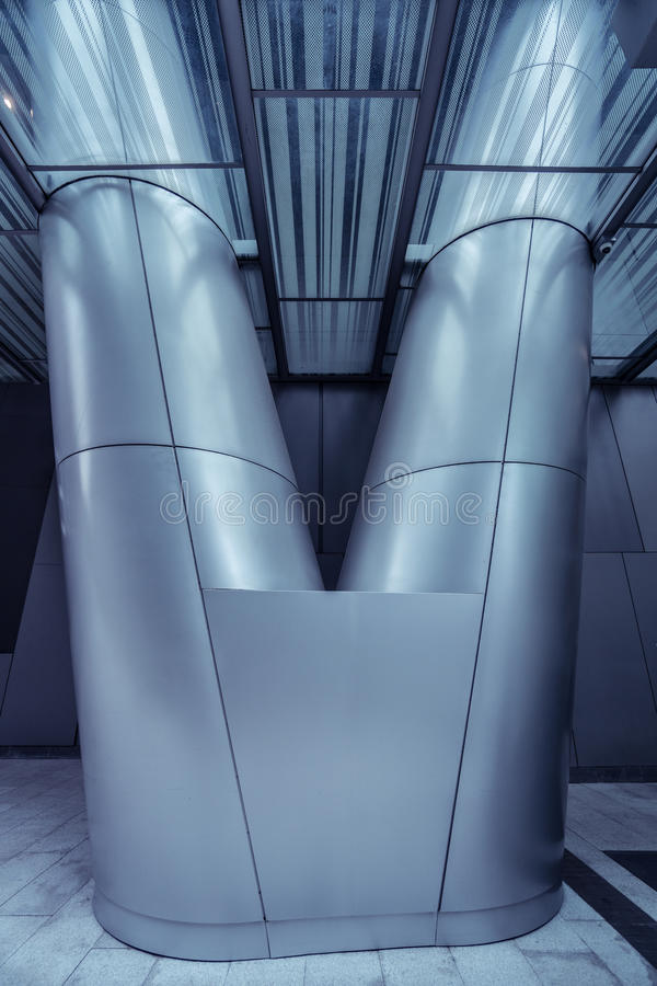 Colonna del metallo nell'architettura futuristica moderna immagini stock
