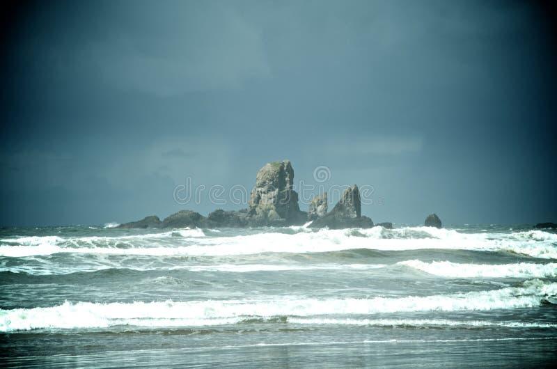 Colonna della roccia nell'oceano immagini stock