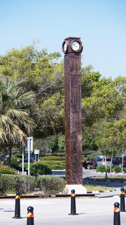Colonna di Brown con un orologio sul lungomare di Pafo nel Cipro immagini stock