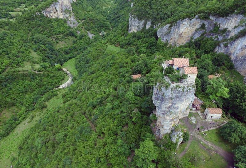 Colonna di Katskhi e la chiesa ortodossa su, filmato in Georgia, dai quadrocopters DJI dell'aria fotografia stock libera da diritti