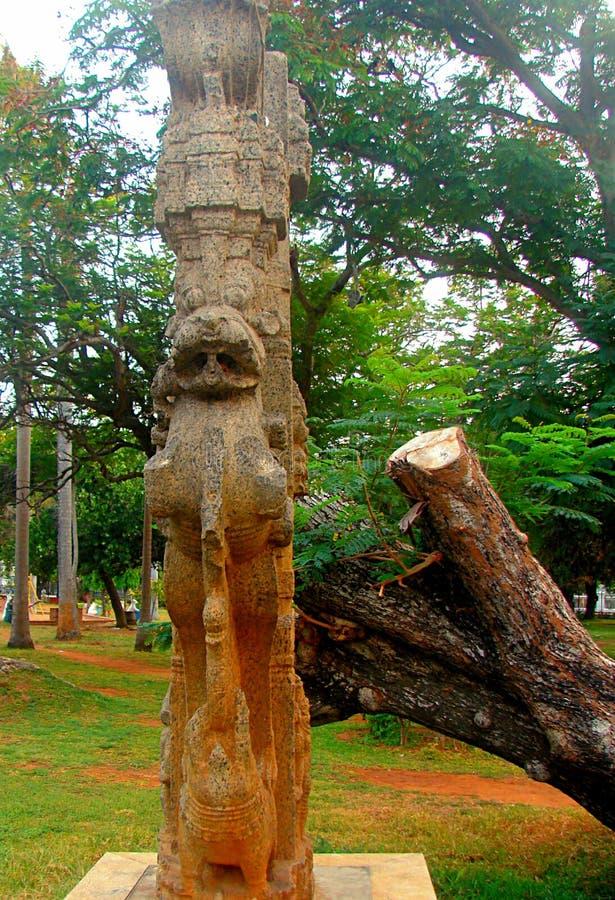 Colonna di pietra scolpita al parco di Bharathi, Pondicherry, India fotografia stock
