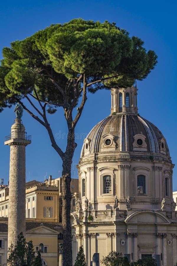 Colonna di Traian e chiesa Santissimo Nome di Maria fotografia stock
