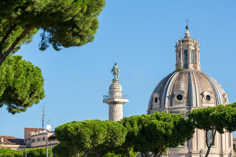 Colonna di Traian e Santa Maria di Loreto a Roma fotografia stock