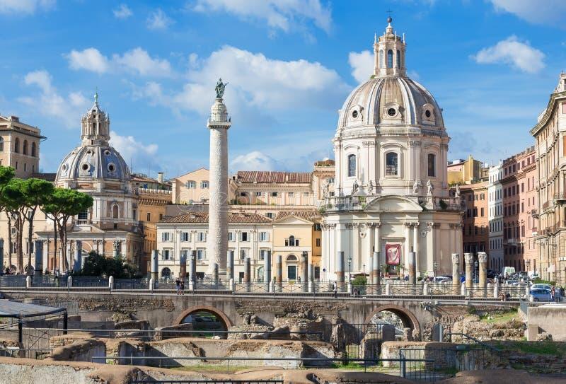 Colonna Di Traiano i Foro Di Traiano w przedpolu ruiny, Rzym obraz stock