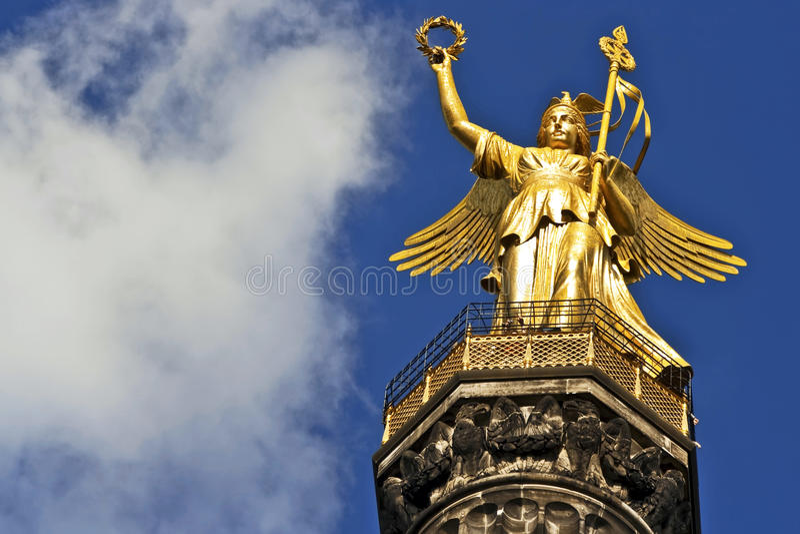 Colonna di vittoria con le nubi immagini stock