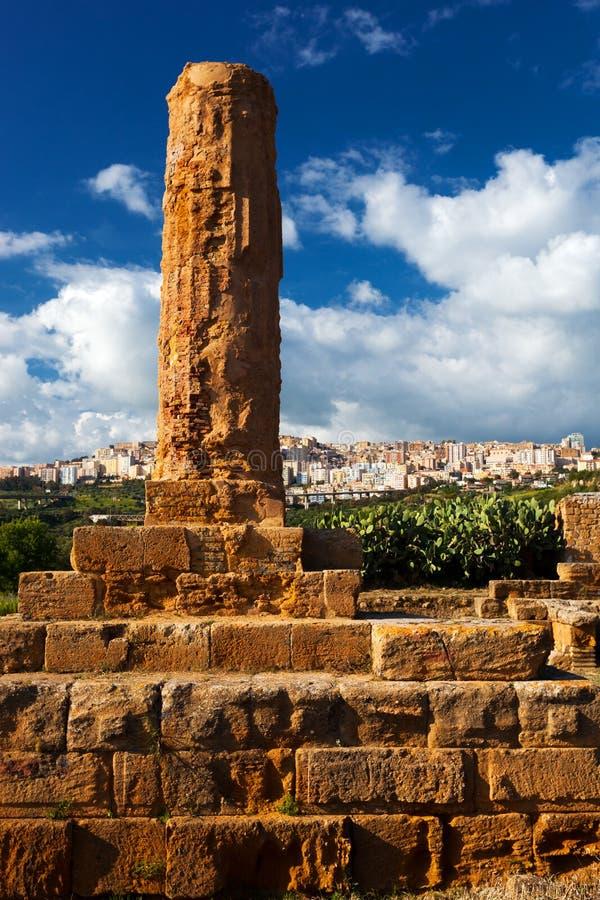 Colonna di Volcano Temple nel parco archeologico di Agrigento S immagine stock