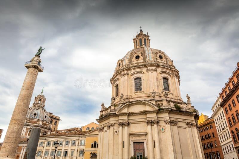 Colonna e Santa Maria di Loreto di Traian a Roma, Italia fotografia stock