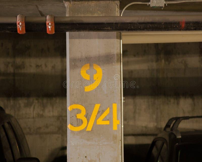 Colonna in garage fotografie stock libere da diritti