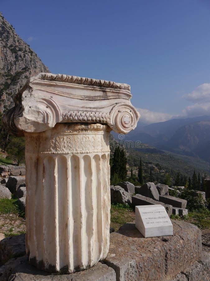Colonna greca da un vecchio tempio immagine stock