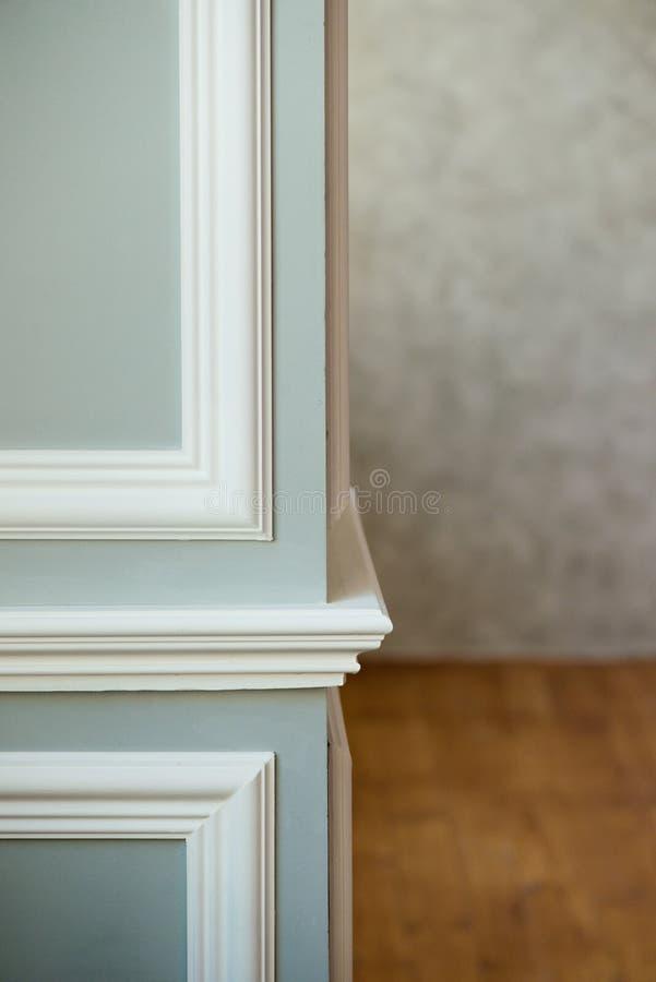 Colonna grigia con il modanatura bianco Mastice grigio strutturato Fondo d'annata o grungy di struttura veneziana dello stucco co immagine stock