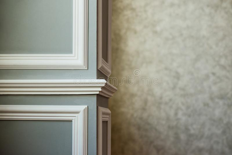 Colonna grigia con il modanatura bianco Mastice grigio strutturato Fondo d'annata o grungy di struttura veneziana dello stucco co fotografie stock libere da diritti