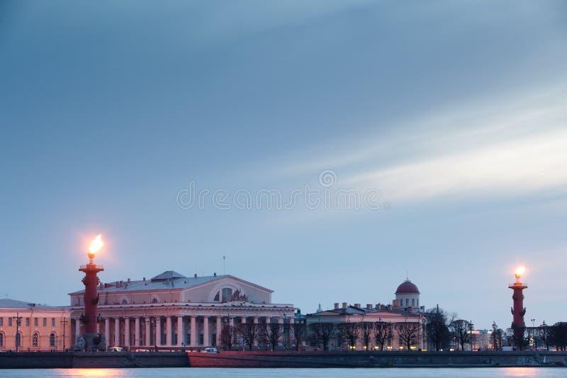 Colonna Rostral a St Petersburg. La Russia. fotografie stock libere da diritti